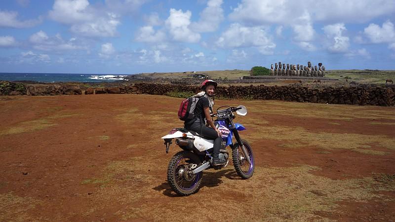 A távolban tizenöt moai figyel